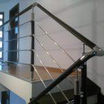 Aukštos kokybės, šiuolaikinio dizaino, kombinuoti uosio ir nerūdijančio plieno turėklai su strypeliais. Suteikiame garantiją!