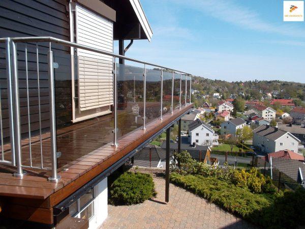 Aukštos kokybės, šiuolaikinio dizaino, ilgaamžiai nerūdijančio plieno turėklai su 8 mm grūdintu stiklu. Suteikiame garantiją!